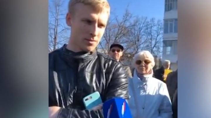 С акции в защиту сквера полиция забрала парня, толкнувшего журналиста