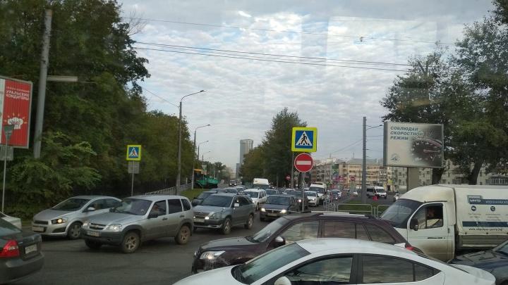 «Огорожена одна полоса, но этого хватило»: дорожный ремонт парализовал въезд в Ленинский район