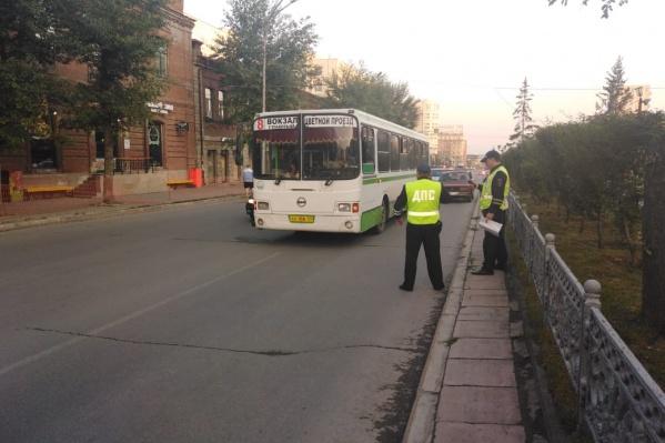 Очевидцы сообщают, что автобус столкнулся с легковым автомобилем при перестроении