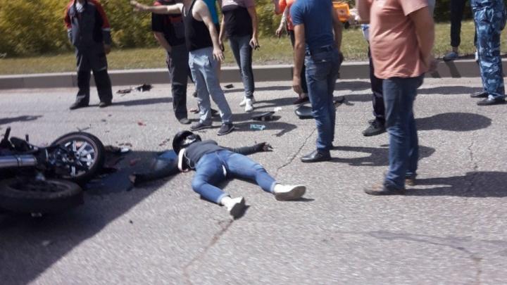 Даже шлем раскололся: девушка за рулем мотоцикла влетела под грузовик в Башкирии
