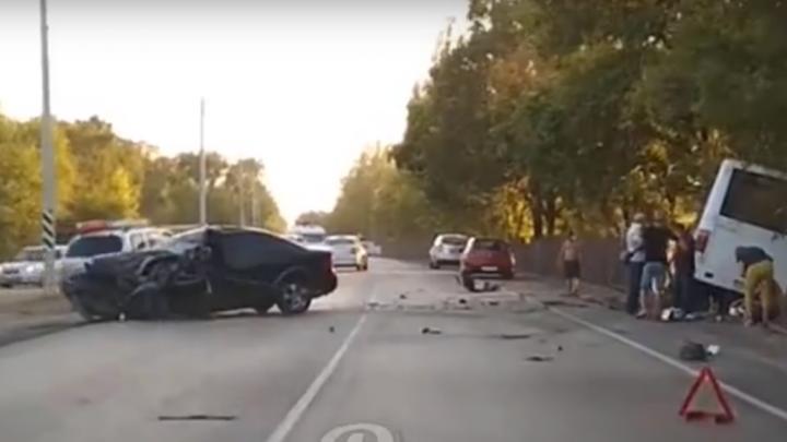 На улице Левобережной в Ростове столкнулись иномарка и автобус