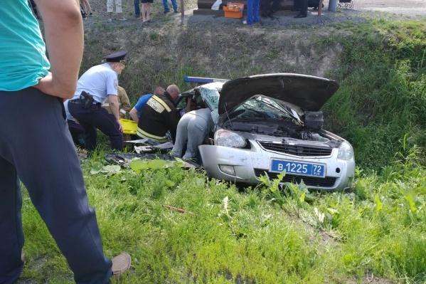 Сейчас двое полицейских и один гражданский (из машиныKIA) находятся в тяжелом состоянии в больнице. У них переломы. Третий полицейский получил ушиб грудной клетки