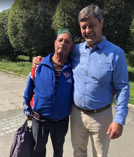 Во время интервью к нам подошёл один из самых преданных болельщиков «Автомобилиста». Зовут его просто Рудик. Андрей Мартемьянов подарил ему свой значок.