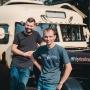 Тюменцы превратили старый школьный автобус в фуд-трак. Почему он «сладкий» и на него все глазеют?