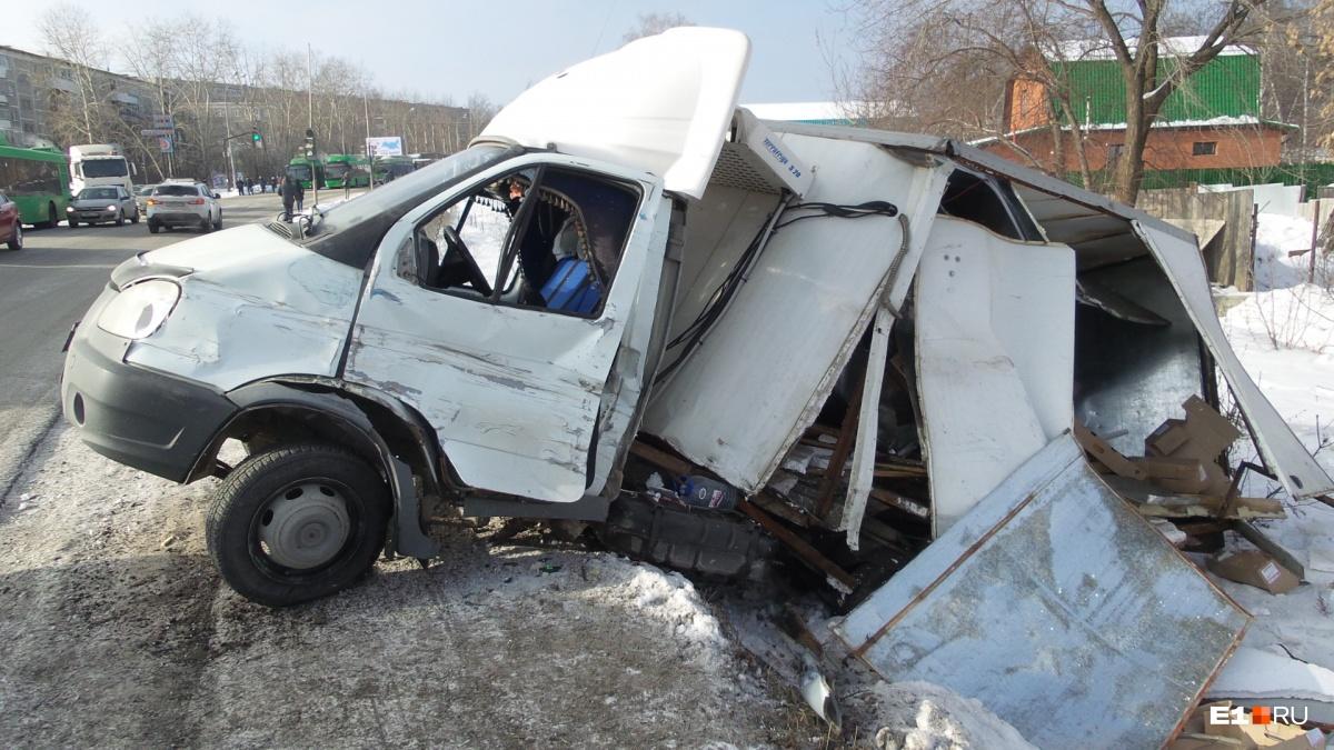 ГАЗель сильно пострадала, но её водитель цел