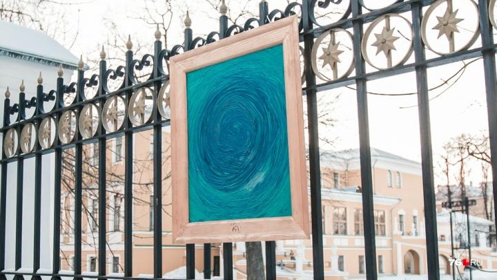 В центре Ярославля художник-акционист устроил несанкционированную картинную галерею. Фото