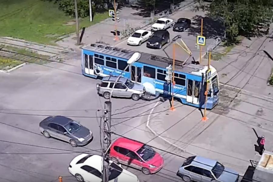 Вweb-сети интернет появилось видео ДТП вКрасноярске, где трамвай протаранил джип