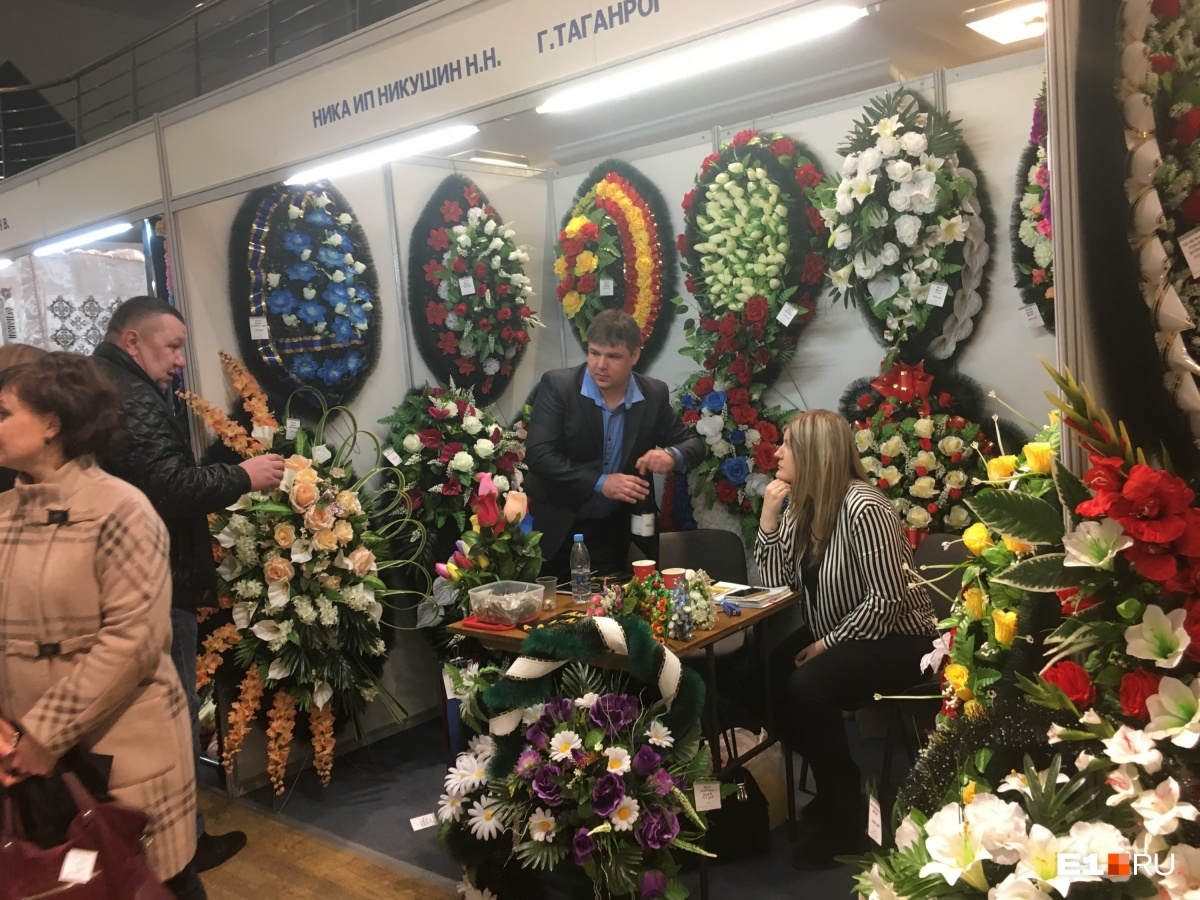 В нашей традиции — искусственные цветы и венки, в Европе же в основном на могилы приносят живые цветы