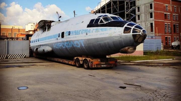 «Спасли от распила»: в музей военной техники УГМК доставили старый транспортный самолет Ан-12