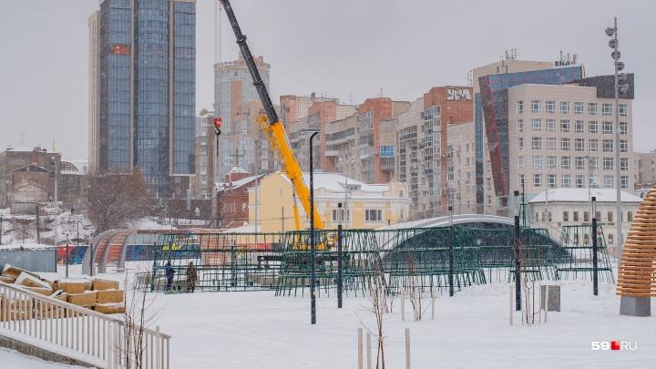 В Перми на эспланаде начали собирать главную городскую ёлку