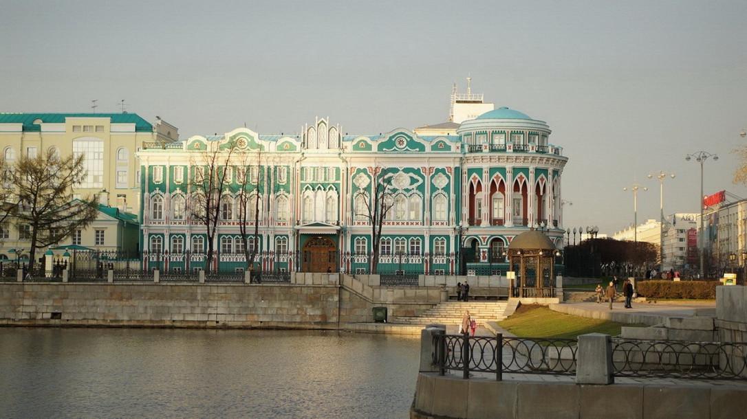 Оба здания находятся на берегу пруда и имеют похожую форму