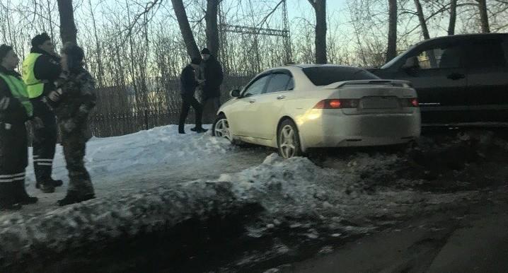 На Шефской внедорожник и легковушка после столкновения вылетели на тротуар