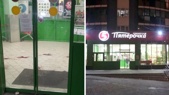 «Ведут кровавые следы, как в фильме ужасов»: в центре Екатеринбурга на парня напали с ножом