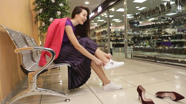 Лёгкая юбка и грубые ботинки: как стилист из Екатеринбурга подбирала обувь к модному гардеробу