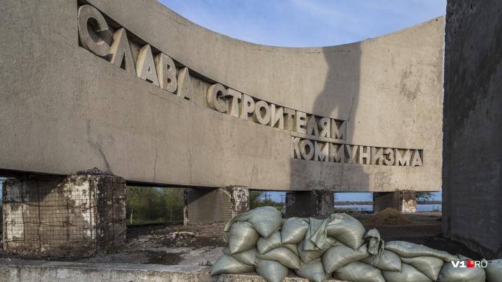 Разбитый постамент памятника строителям Волжской ГЭС привлек к себе внимание чиновников
