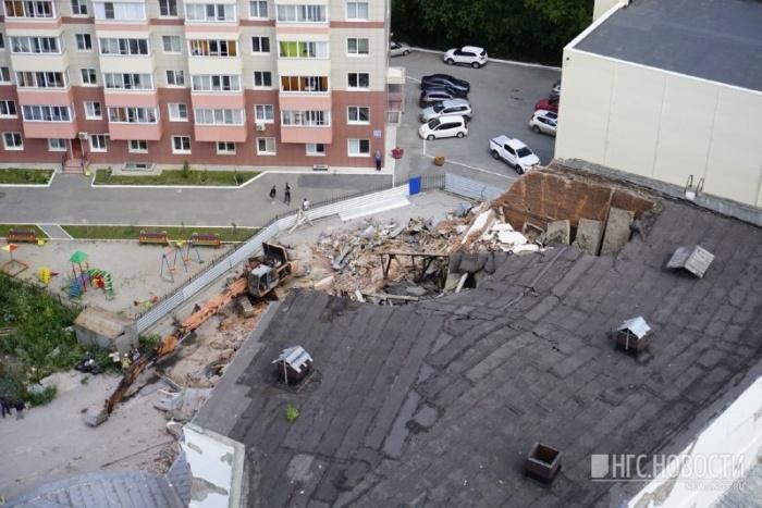 Сейчас снос здания приостановлен, территория огорожена забором