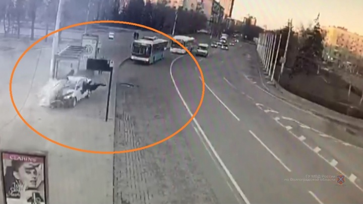 Слабонервным не смотреть: появилось видео, как иномарка врезалась в остановку с людьми в Волгограде