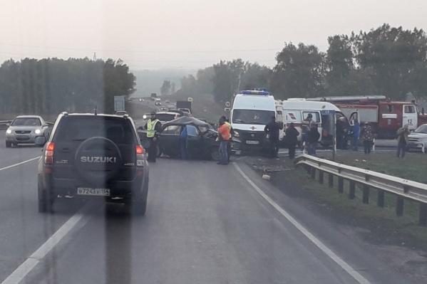 На месте аварии работали врачи скорой помощи и пожарные