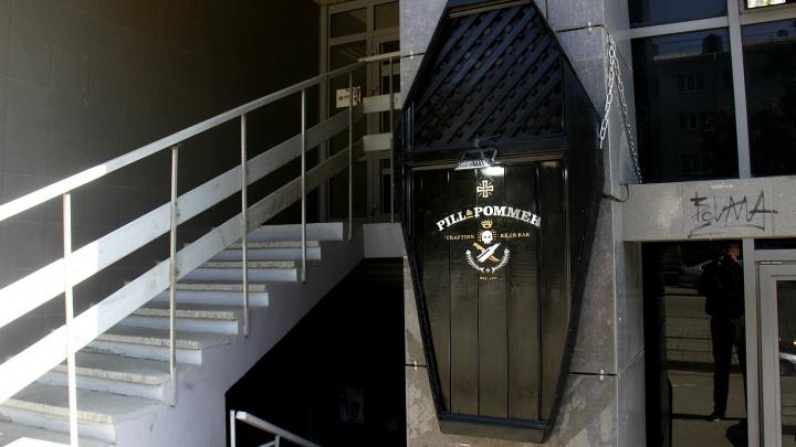 Панк открыл бар в центре Новосибирска с крышкой гроба на входе