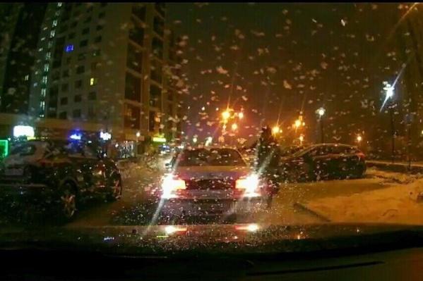 Конфликт между автомобилистами, один из которых оказался экс-сотрудником полиции, произошёл 15 декабря ночью