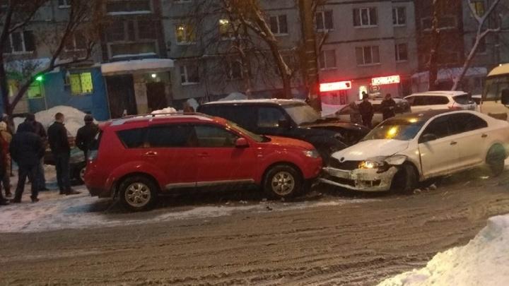 «Встали в километровую пробку!»: на Пензенской столкнулись 7 иномарок
