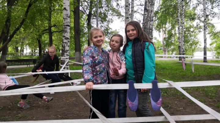 Из лент и пуантов: в Закамске дети создали арт-площадку, которую посвятили юным балеринам