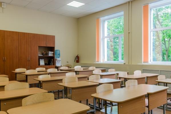 По словам губернатора, школы теперь будут строить вместе с жилыми комплексами