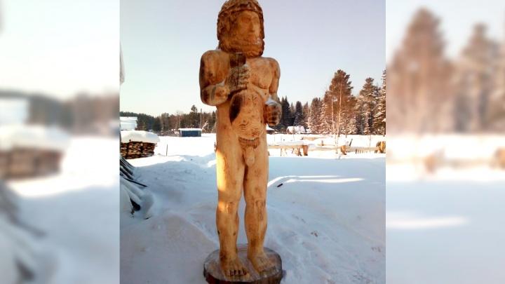 Уралец вырезал из дерева обнаженную скульптуру древнего бога и назвал ее в честь своего поселка