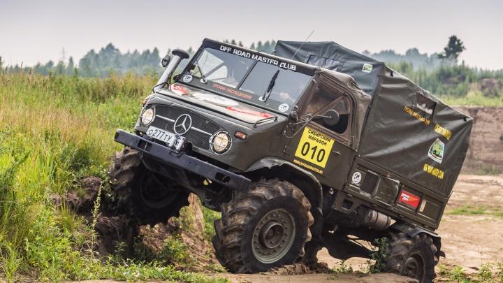 Новосибирец ездит на 63-летнем внедорожнике, который воевал в Африке, и спасает «Крузаки» из грязи