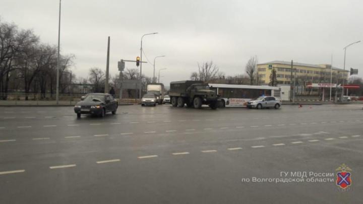 Решил проскочить: появилось видео ДТП с легковушкой, грузовиком и сломанным автобусом