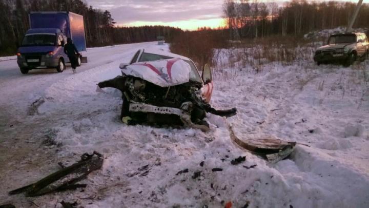 Пострадали четыре человека: на тюменской дороге Toyota врезалась в Ford