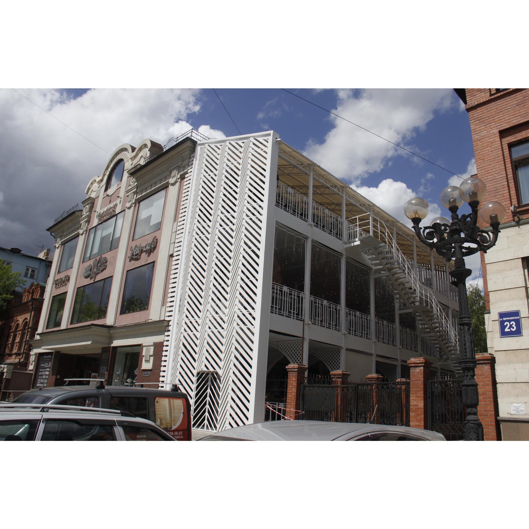 Самая внушительная летняя площадка появилась на Ядринцевской, но в итоге осталась без одного из арендаторов