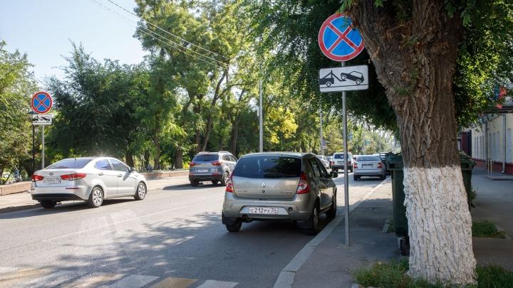 Автохамы приблизились к мэрии Волгограда: водители игнорируют запрет парковки на улице Володарского