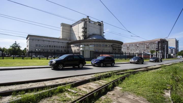 Власти объявили о запрете остановки за оперным театром