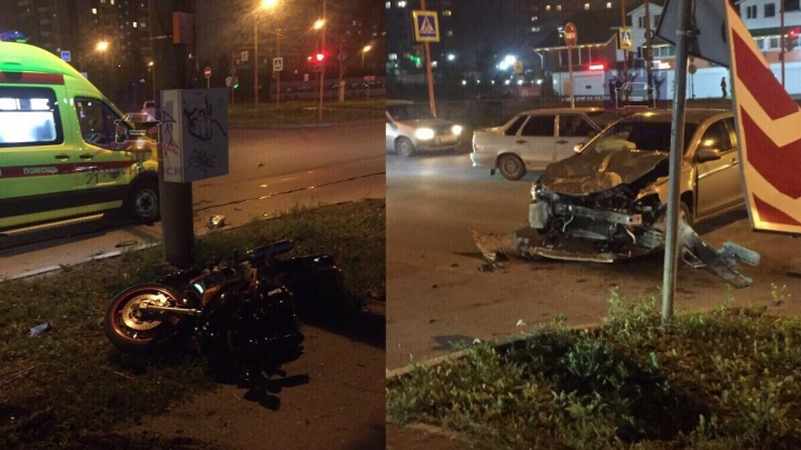 Мотоциклист влетел в дорожный знак после столкновения с авто. Погибла девушка