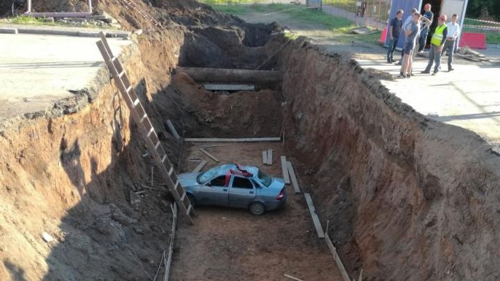 В Башкирии машина провалилась в траншею