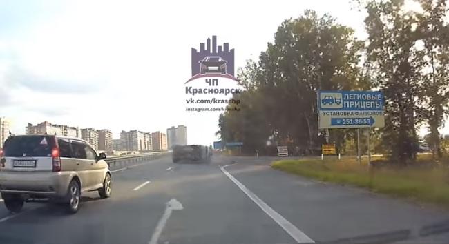 Минивэн несколько раз перевернулся на трассе. Видео ЧП с 3 пострадавшими сняли свидетели