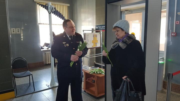 Транспортная полиция поздравила пассажиров и работников вокзала с Международным женским днём
