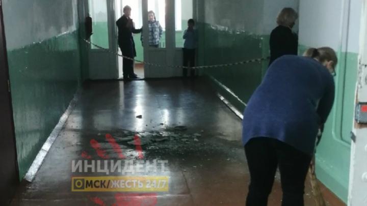 В одной из омских школ обвалилась часть потолка