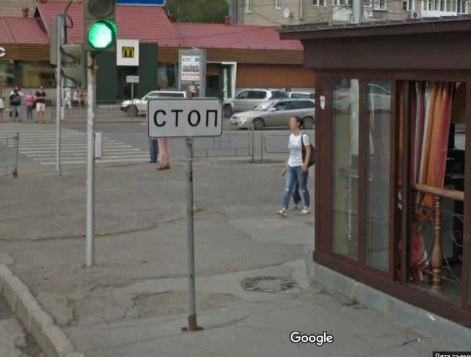Мужчина врезался в дорожный знак «Стоп» рядом с метро «Студенческая»