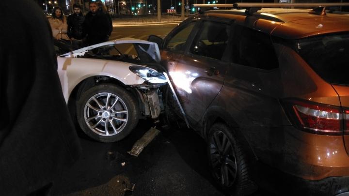 На Московском шоссе Porsche протаранил Lada Vesta