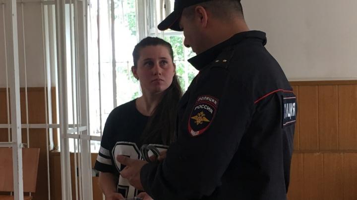 Челябинку, проткнувшую своего парня шампуром, оставили под домашним арестом