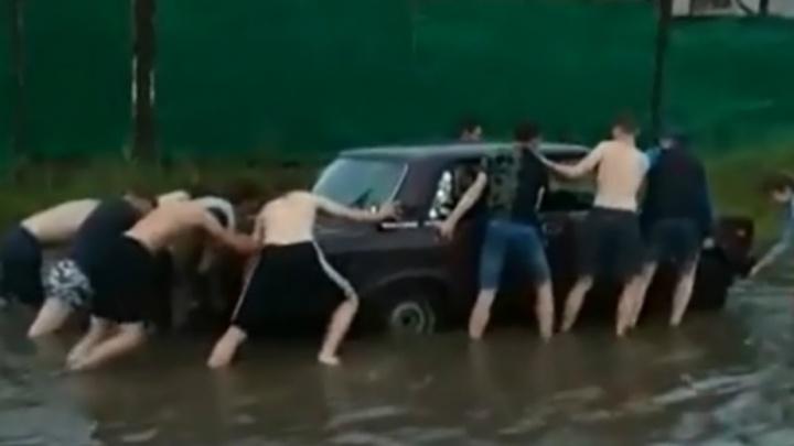 В Ярославле 15 друзей на руках вынесли утонувшую в луже «семерку». И прославились!