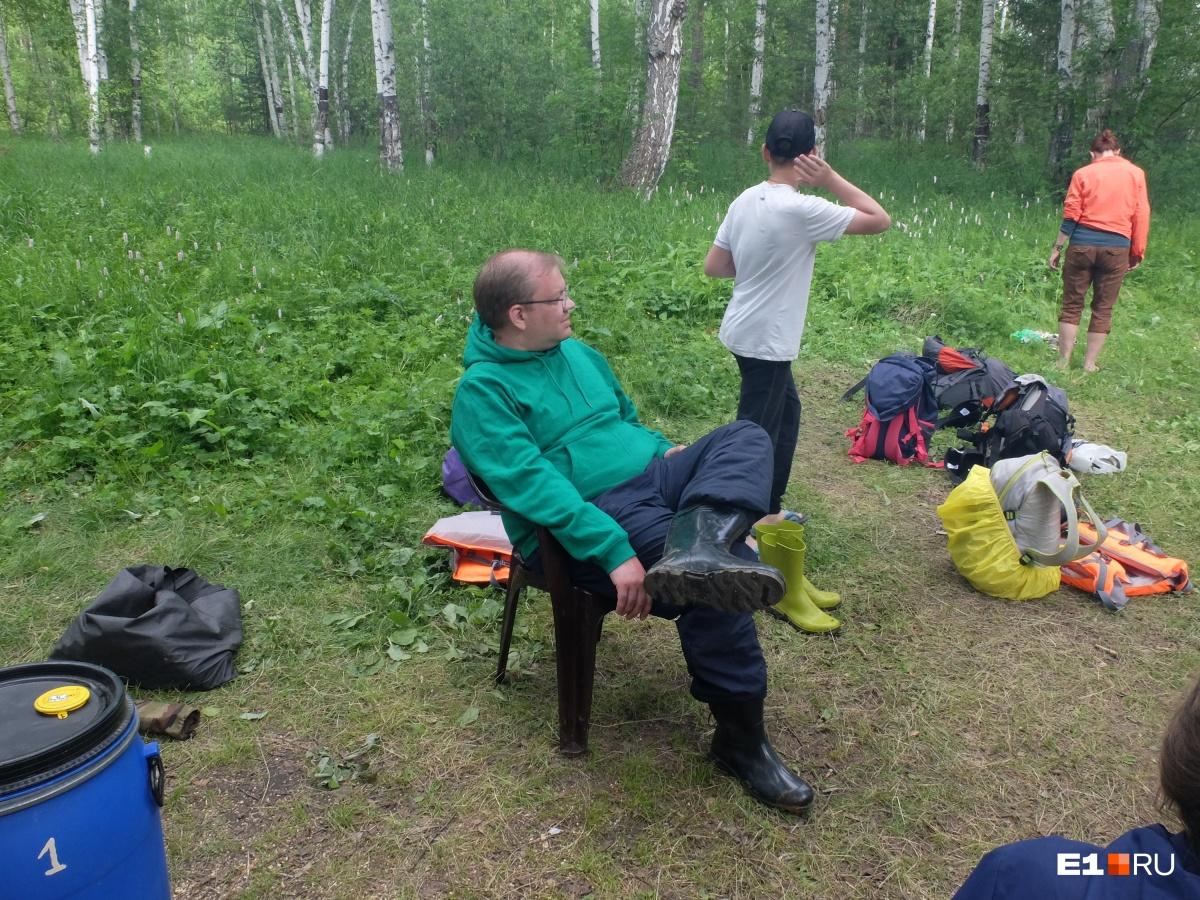 Удобно, что у нас были с собой стулья. Это Сережа Панин, но вы наверняка его узнали, он часто ведет стримы