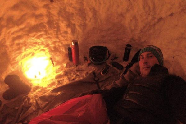 Дмитрий ночевал в берлоге в спальнике
