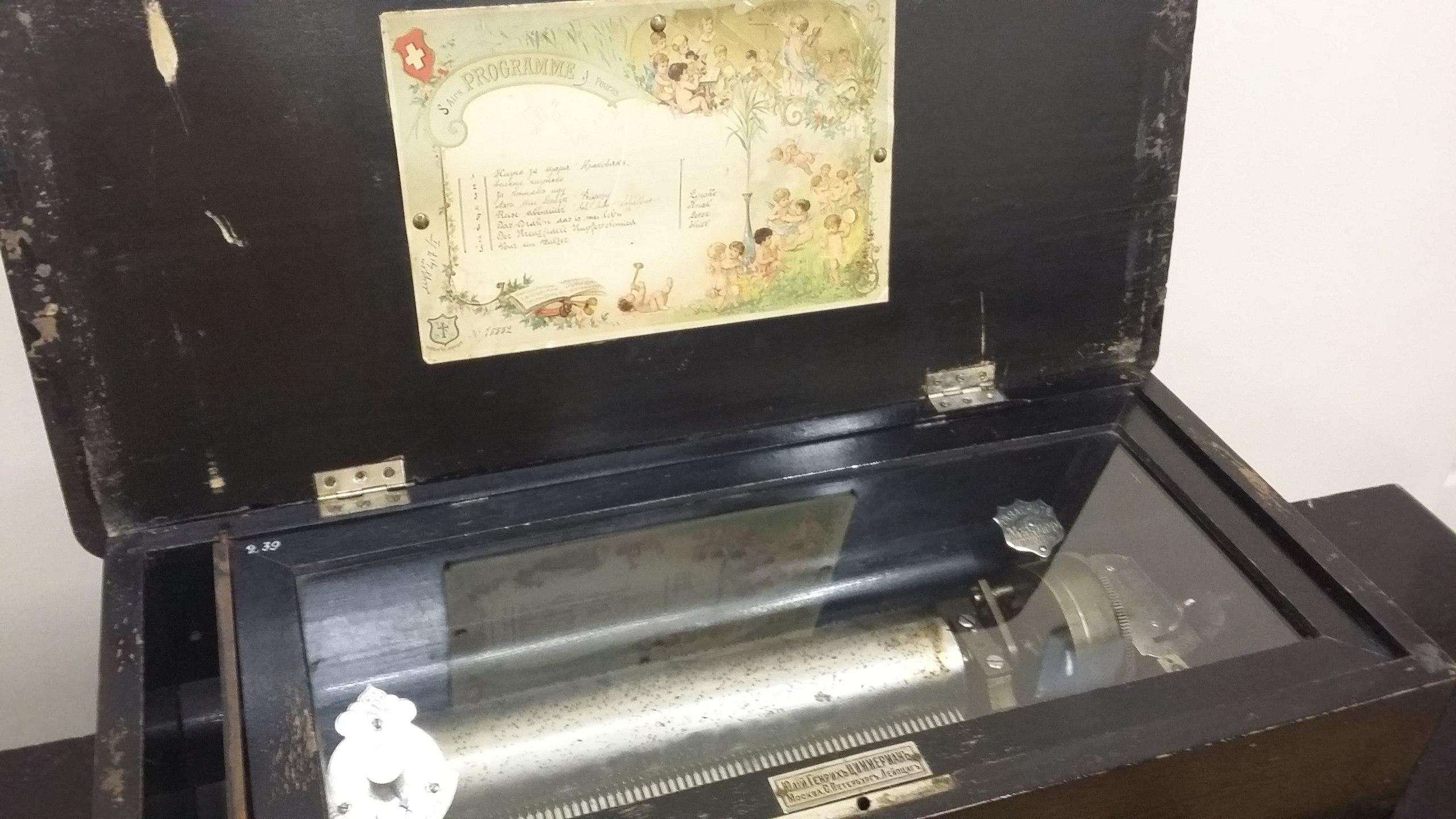 Старинный музыкальный инструмент —один из многих в коллекции музея Чайковского