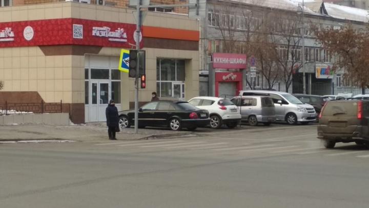 «Хлипкое благоустройство»: опрокинувшийся дорожный знак повис над тротуаром в центре