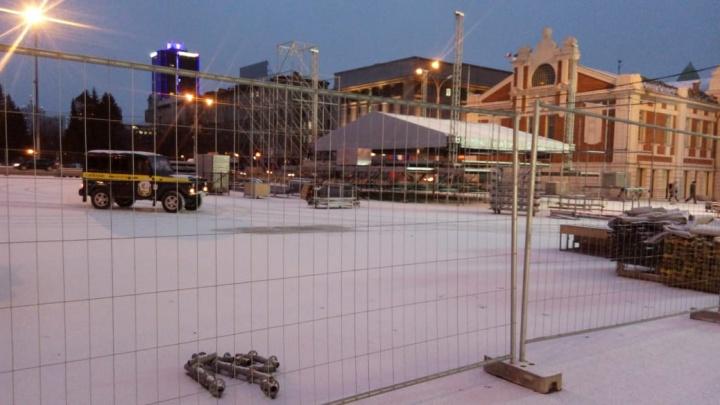 Фото: вместо парковки на площади Ленина появилась сцена