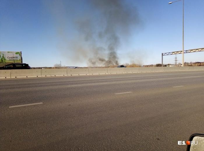 Дым заметили водители по пути в Кольцово