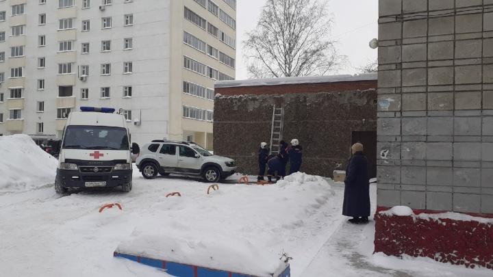 С крыши новосибирской библиотеки сняли пенсионерку — она просидела там больше 4 часов
